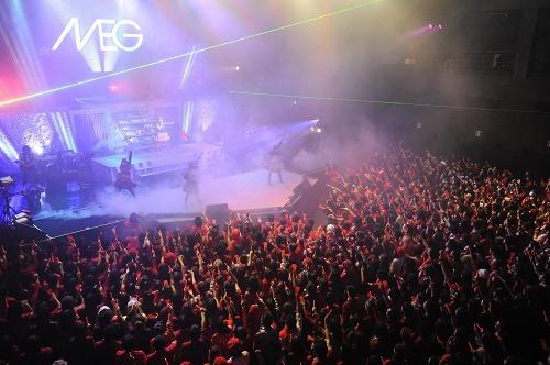 """ドレスコードの""""赤""""で埋め尽くされたZepp Tokyo 2daysワンマンライヴを行ったMEG (c)Listen Japan"""
