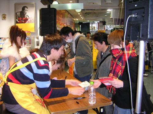 タワーレコードで自ら監修するアイドルCOSMETICSのイベントに登場したふかわりょう (c)Listen Japan