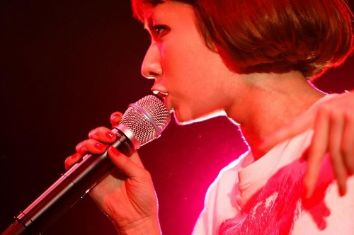 ライヴハウスツアー「HYPER 39 TOUR」ファイナル公演での木村カエラ 【photo by 三吉ツカサ】 (c)Listen Japan