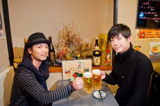特別番組「声優酒~先輩×後輩~」で対談する鳥海浩輔(写真左)と濱野大輝