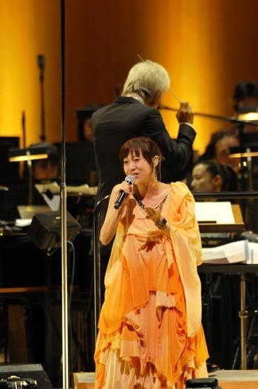 オーケストラをバックに一青 窈がスペシャルライヴを開催 (c)Listen Japan