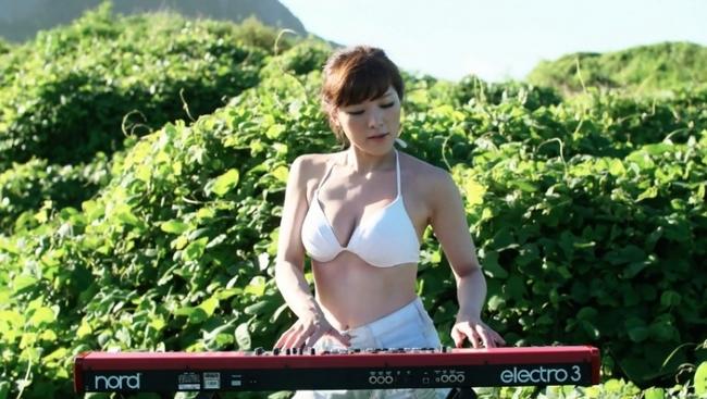 高木里代子が水着姿で超絶演奏を繰り広げる「MOJO swing」ミュージックビデオより