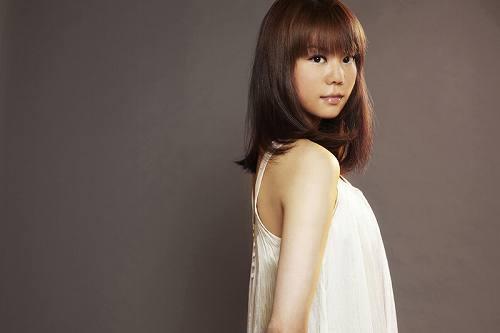 ゲームの発売と共にチャート上昇中の「君がいるから」を歌う菅原紗由理 (c)Listen Japan