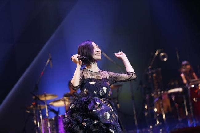 """坂本真綾の全国ツアー「LIVE TOUR 2015-2016""""FOLLOW ME UP""""」ファイナル公演の模様"""