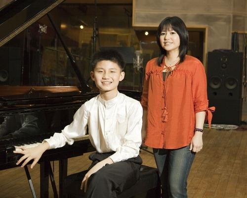 中国福建省出身の天才ピアニスト 牛牛(にゅうにゅう)と夏川りみ (c)Listen Japan
