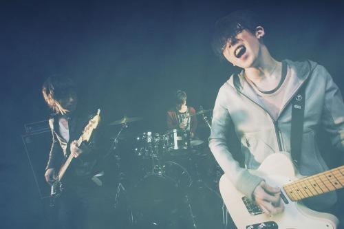 秋田発スリーピースロックバンド、鴉(からす) (c)Listen Japan
