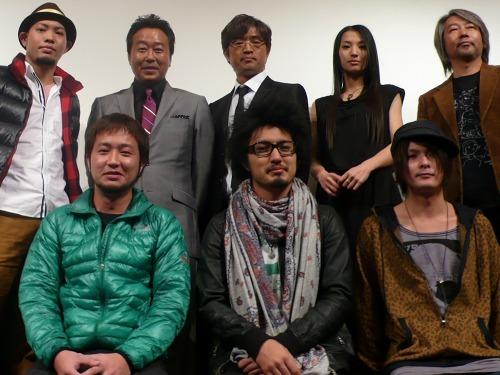 映画『かずら』主演のさまぁ〜ずと主題歌担当のかりゆし58(前列の3人と後列左から1人目) (c)Listen Japan