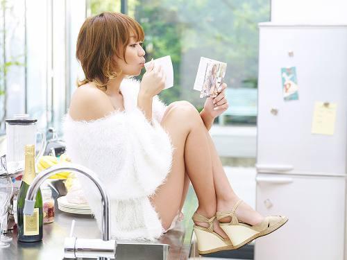 、「ツアー年間パス」を手渡しするプレゼント企画をスタートした倖田來未 (c)Listen Japan