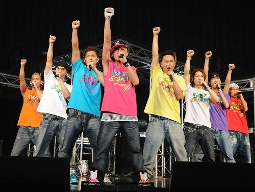 メンバー8人で2010年を始動したDA PUMP (c)Listen Japan