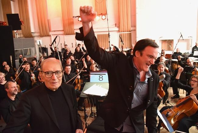 第88回アカデミー賞作曲賞を受賞した、エンニオ・モリコーネ(左)と『ヘイトフル・エイト』監督のクエンティン・タランティーノ(右) (C) MMXV Visiona Romantica, Inc.  All rights reserved.