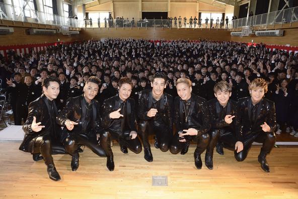 3月1日、三代目 J Soul Brothers from EXILE TRIBEが青森県立三沢高等学校の卒業式でサプライズライブ (okmusic UP\'s)