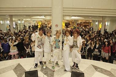 池袋サンシャインシティ・噴水広場でメジャーデビューイベントを開催したSuG (c)Listen Japan