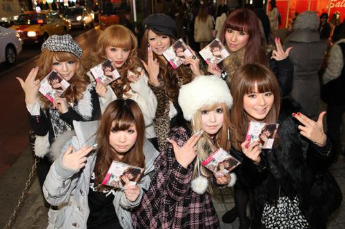 SPICY CHOCOLATE『東京RAGGA LOVERS』発売当日、渋谷に集結したギャル・ファッション誌で活躍中のモデル達 (c)Listen Japan