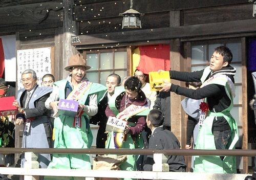 高尾山での恒例豆まきで「福は〜内!!」を連呼するファンモン (c)Listen Japan