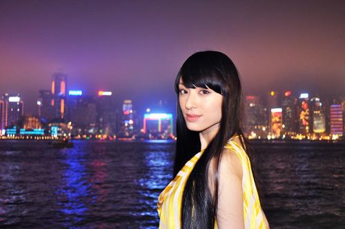 香港の夜景をバックに微笑む栗山千明 (C)創通・サンライズ