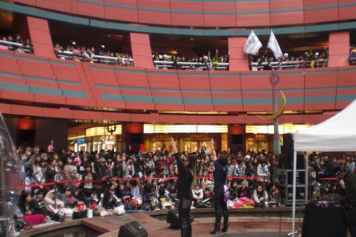 2月10日(水)に地元・福岡でインストア・ライヴを行ったBROWN SUGAR (c)Listen Japan
