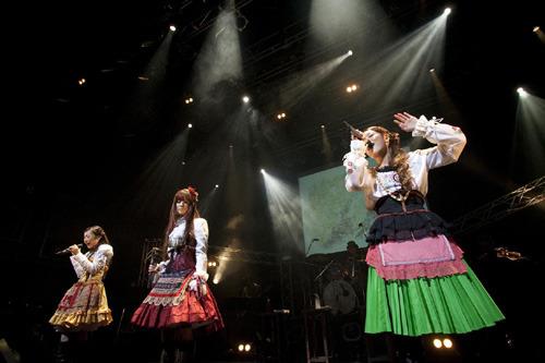 最新シングル「光の旋律」のジャケ写と同じ衣装でアンコールを披露したKalafina (c)ListenJapan