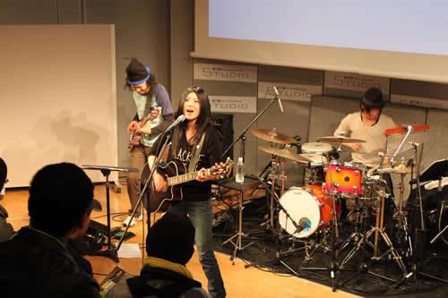4月にメジャーデビューするシンガーソングライター、舞花がフリーライヴを開催 (c)Listen Japan