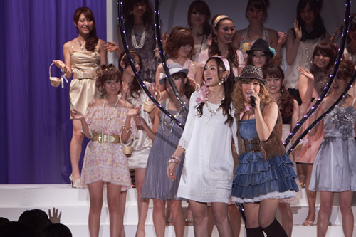 「CanCam SUPER KAWAII COLLECTION 2010」でライヴを披露したMAY'S (c)Listen Japan