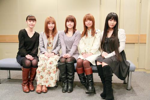 キャストの皆さんの集合写真(左から能登麻美子さん、喜多村英梨さん、佐藤利奈さん、井口裕香さん、ゆかなさん) (C)2010 BROCCOLI/GungHo Online Entertainment,Inc./HEADLOCK Inc.