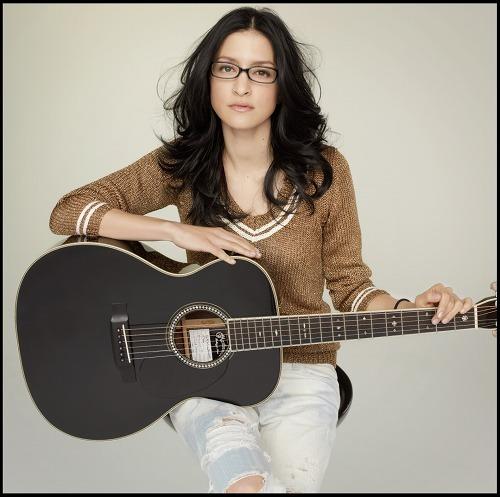 アンジェラ・アキ、初のギター弾き語り「輝く人」をリリース (c)Listen Japan