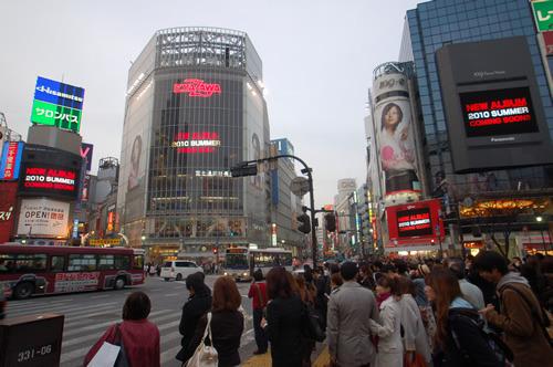 渋谷の街頭ヴィジョンで矢沢永吉の新作リリースが発表された (c)Listen Japan