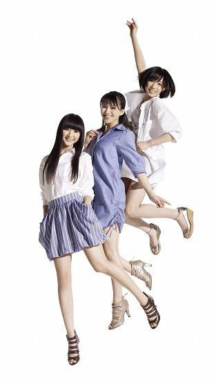女性に人気のファッションブランド「NATURAL BEAUTY BASIC」のCMに出演するPerfume (c)Listen Japan