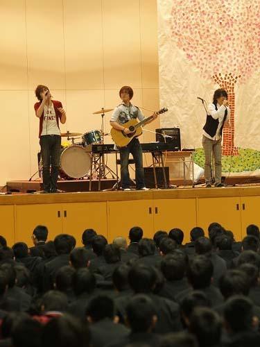 3月10日(水)大阪・貝塚市立第二中学の卒業式にゲスト出演したabsorb (c)Listen Japan