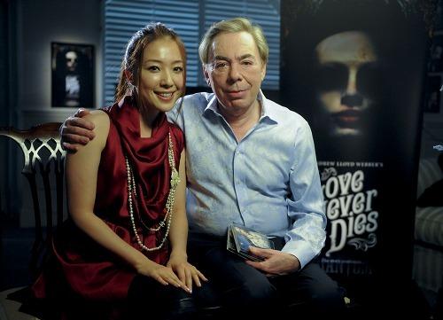 (写真左から)平原綾香とミュージカルの巨匠=アンドリュー・ロイド・ウェバー氏 (c)Listen Japan