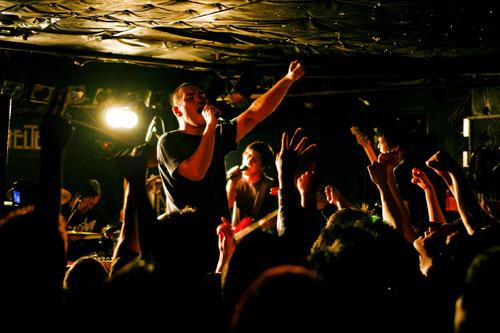 ヴォーカル向達郎(写真中央)はレコーディング中の生活によって体重が増えたそうで、ヌンチャク時代を少し彷彿させる体型になっていた(写真は「音波交流センター東京公演 vol.2」の模様) photo by Wataru Umeda (c)ListenJapan