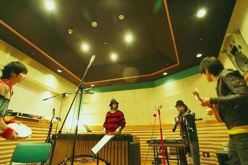 RADWIMPSレコーディングの様子 (c)Listen Japan