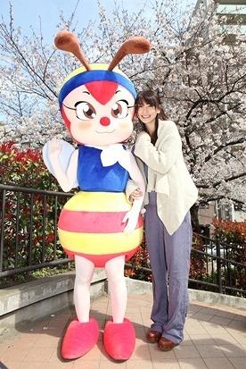 ガッキーと「みつばちハッチ」ツーショット写真 (c)Listen Japan