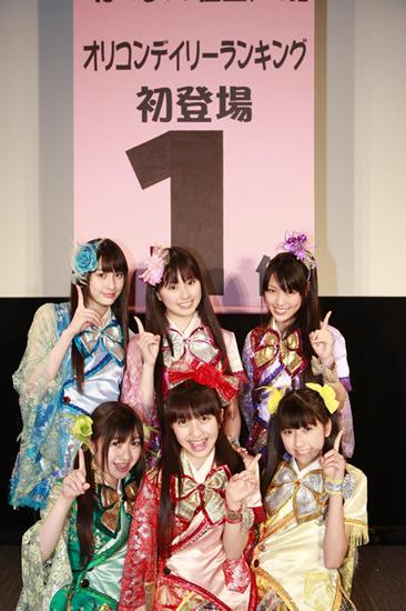オリコンデイリーチャート1位の報告を行ったももいろクローバー (c)Listen Japan