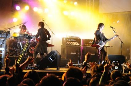 「ARABAKI ROCK FESTIVAL 2010」でライヴパフォーマンスを行ったブンブンサテライツ (c)Listen Japan