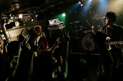DOES、2010年全国ツアー「独歩行脚〜初歩的衝動編〜」初日公演より (c)Listen Japan