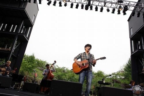 野外アコースティックツアー「GREEN MIND2010」の最終公演を行った秦 基博 (c)Listen Japan
