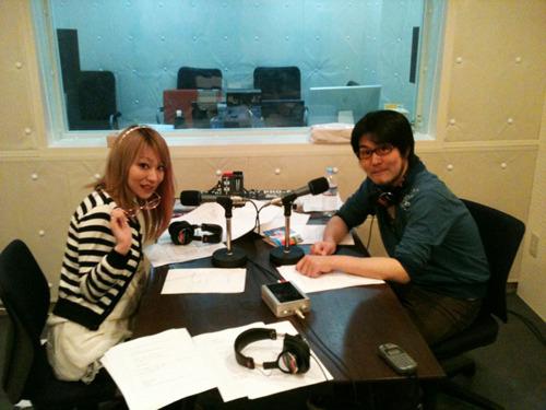 「Radioなおしゃべる。」収録風景(左:nao、右:鷲崎健) (C)5pb.