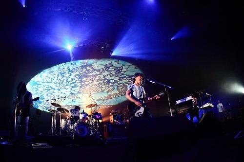 サカナクション(「SAKANAQUARIUM 2010 kikUUiki」ツアー最終公演より) (c)Listen Japan