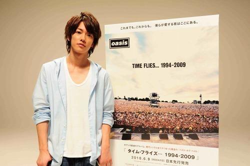 佐藤健がオアシス最後のベスト盤を宣伝 (c)Listen Japan