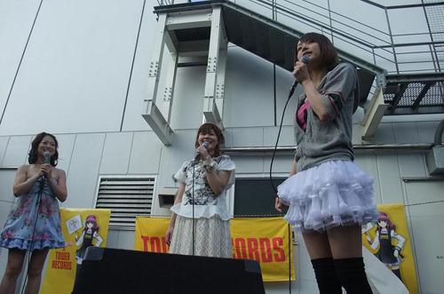 イベントに出演した、(左より)Liaさん、多田葵さん、LiSAさん (c)ListenJapan
