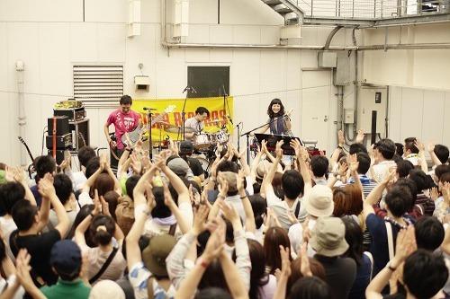 クラムボン、タワレコ新宿店屋上でライヴ (c)Listen Japan