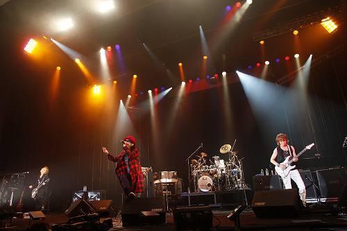 元SIAM SHADEのギタリストのDAITAメジャーデビュー15周年イベントに参加したFLOWのKOHSHI (c)Listen Japan