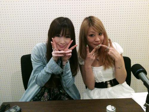 実は同い年だったという二人。ゲストの小坂りゆ(左)、パーソナリティのnao(右) (c)ListenJapan