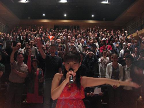 パリではたくさんのファンに暖かく迎えられた牧野由依 (c)ListenJapan