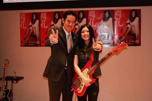 山下真司と共に、「大人直前特別ゼミ&LIVE」と題したイベントを開催した舞花 (c)Listen Japan