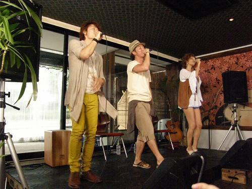 新曲リリース記念イベント「雨男雨女50人VS晴れ男晴れ女アーティスト」を開催したSafarii (c)Listen Japan