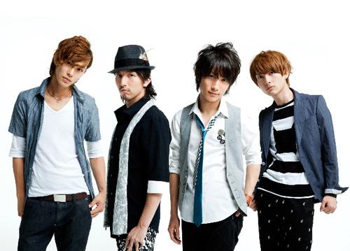 小谷嘉一(vo&b)、永井朋弥(vo)、MOTO(vo&g)、岩元健(vo)からなる4ピース・バンド、+Plus (c)ListenJapan