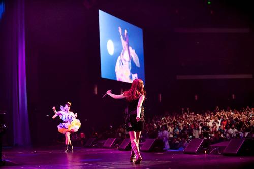 約5,500人のLAのファンの前で迫力のステージを披露したMay'n(手前)、中島愛(奥) (c)Photo by YOJI ABE (YO-2 design)