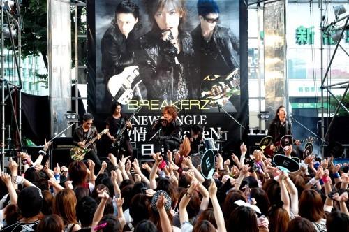 BREAKERZ、7月14日に新宿アルタ前でゲリラライヴ!今週末緊急握手会も決定 (c)Listen Japan