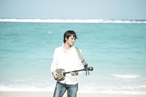 沖縄の離島・伊是名島出身のシンガー、伊禮俊一 (c)Listen Japan